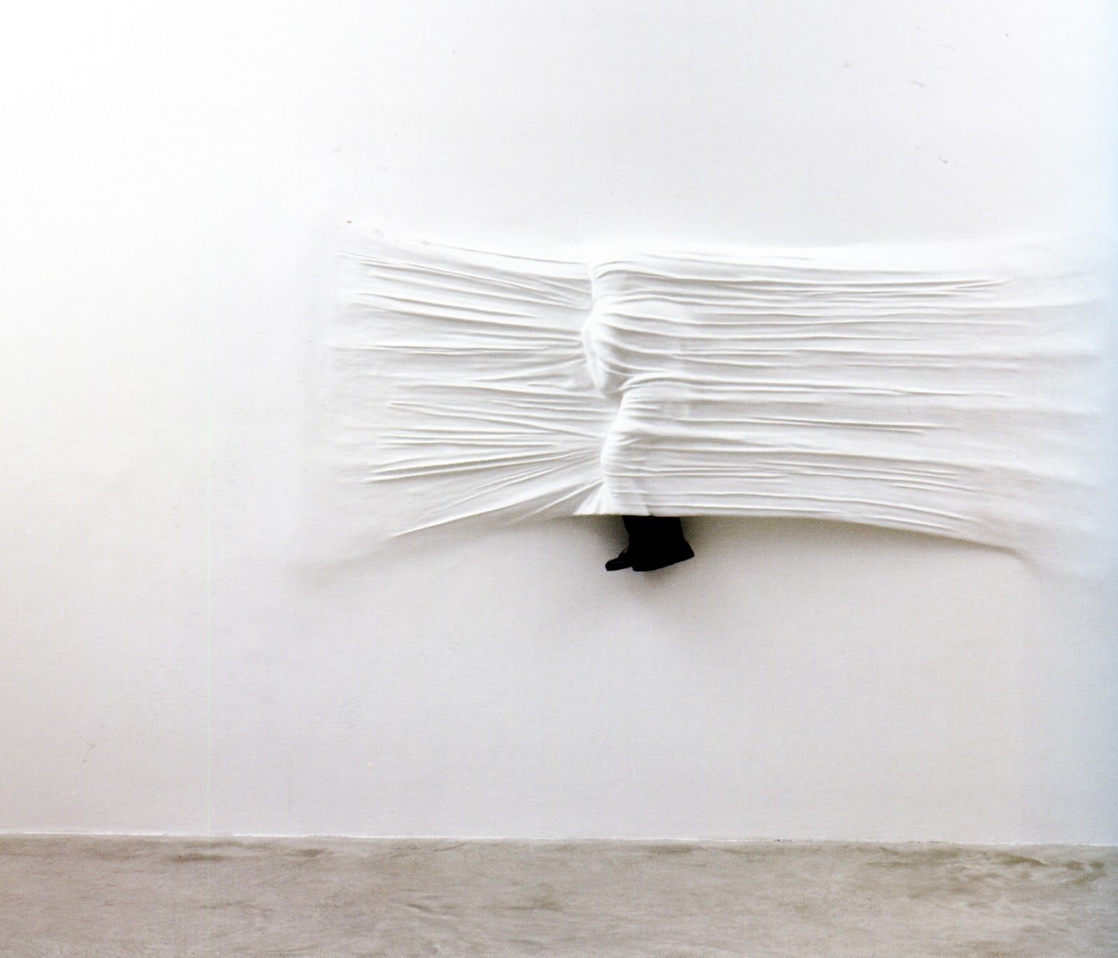 Les murs blancs de Daniel Arsham | White walls, Wall sheets, Inspiration