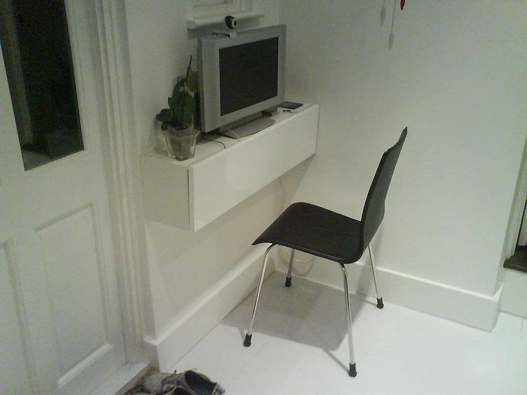 Una mesa para ordenador en el mismo sal n mesas y salones - Ordenador de salon ...