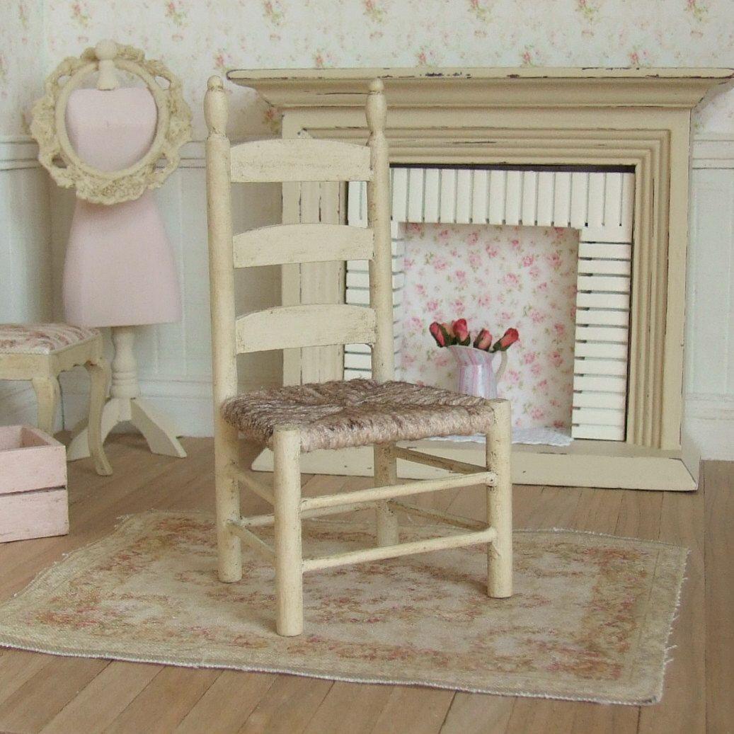 Dollhouse Miniature, Cream Famhouse Chair, Rustic Furniture, Ladder Back Chair, Aged Wood, Shabby Cottage Chic, 1:12th Scale de sarahslilessentials en Etsy https://www.etsy.com/mx/listing/286556723/dollhouse-miniature-cream-famhouse-chair