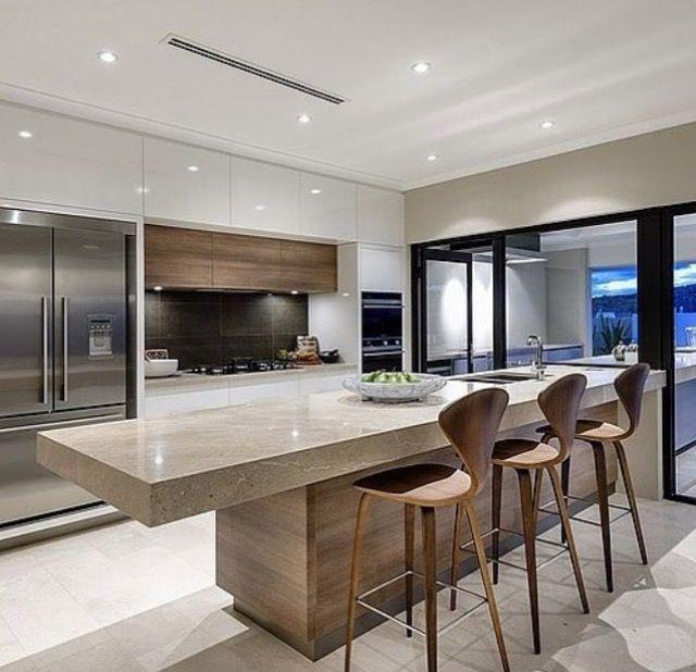 Kitchen Benchtops Perth: אי גדול, ארונות גבוהים עד למעלה. חלונות גדולים