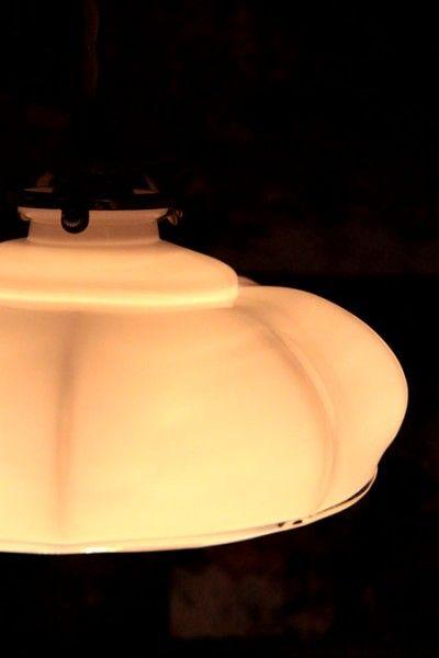 Suspension ancien luminaire et abat jour en verre opaline for Suspension luminaire en verre