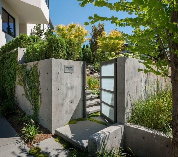 beton-gartenmauer und gartentür mit glasfüllung | gartenzaun/mauer, Garten seite