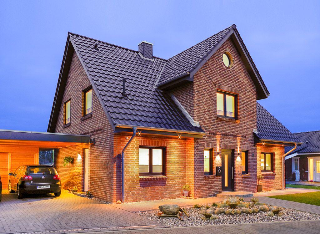 Beleuchtetes Einfamilienhaus mit Bullauge und