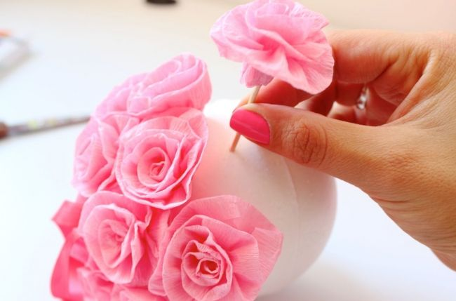 con estas delicadas bolas de rosas podemos decorar todo tipo de ocasin desde un bautizo - Como Hacer Rosas De Papel