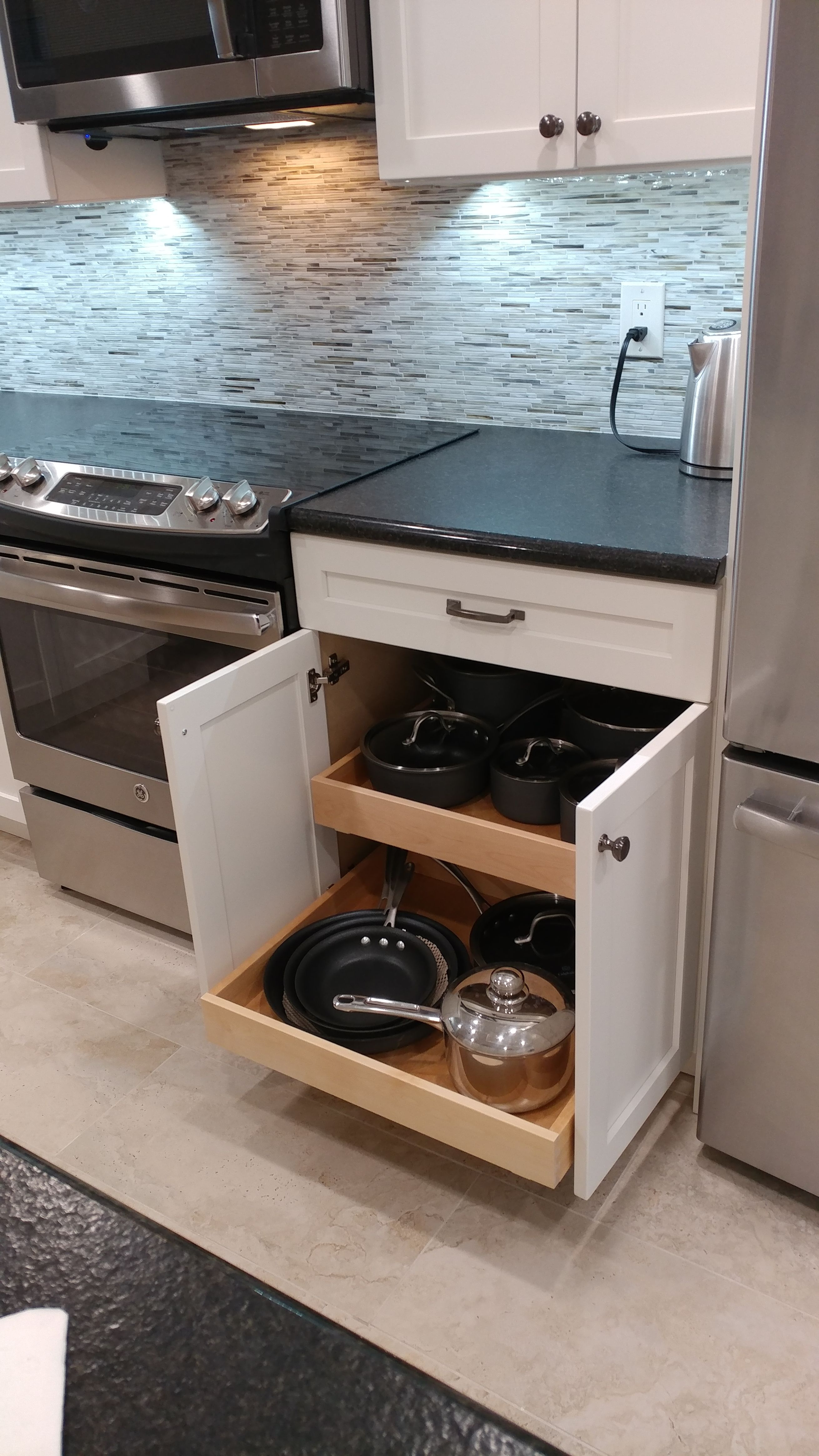 Alabaster Shaker Style Cabinets By Eudora With Black Leather Granite Tops The Shell Backsplash And Be Shaker Style Cabinets Leather Granite Beautiful Kitchens