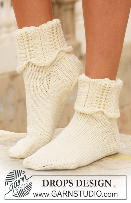 """DROPS sockor i """"Merino Extra Fine"""" med vågmönster på skaftet. Gratis ..."""