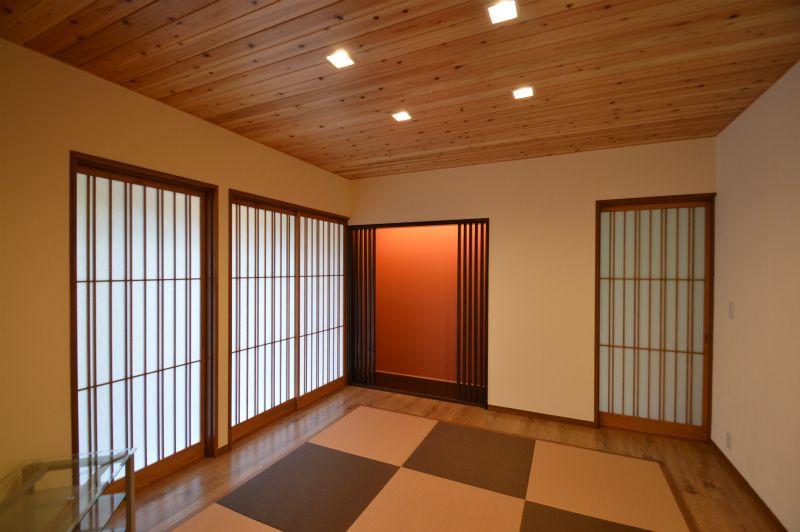 無垢の羽目板天井 造作建具 縁ナシ畳で仕上げた空間 和モダン 和室