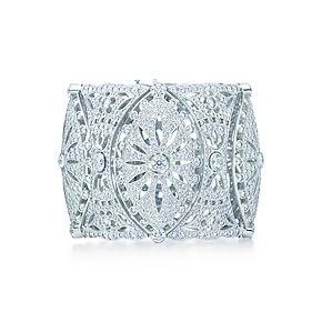 Breites, diamantbesetztes Spitzenarmband aus Platin.