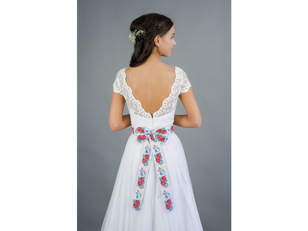 6ca7ce7cc36 Dlouhé folklórní svatební šaty . krajkový živůtek s lodičkovým výstřihem  starodávná bavlněná krajka sukně lemovaná bordurou