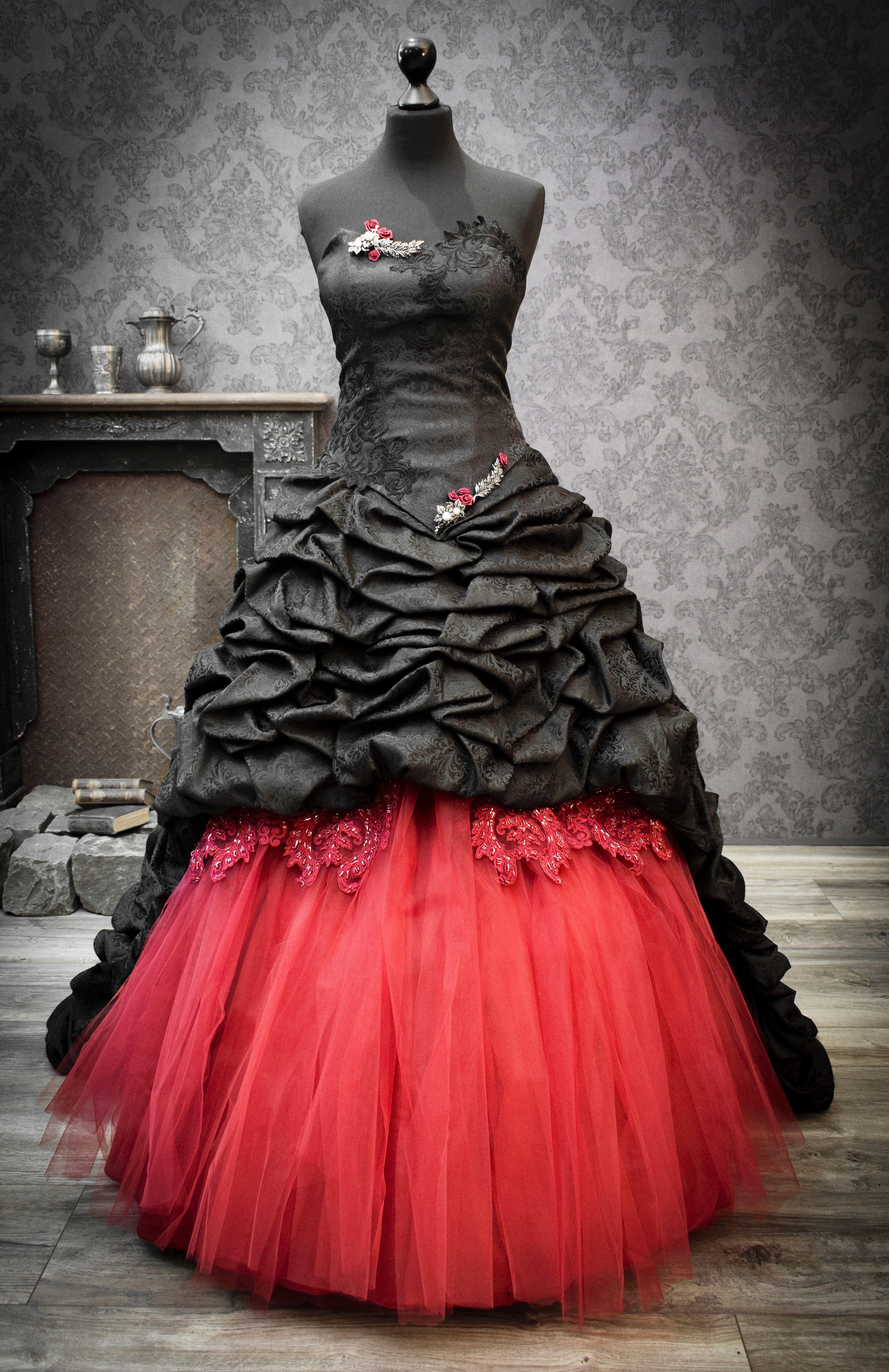 Extravagantes Brautkleid mit einem Schnitt, der auch ...