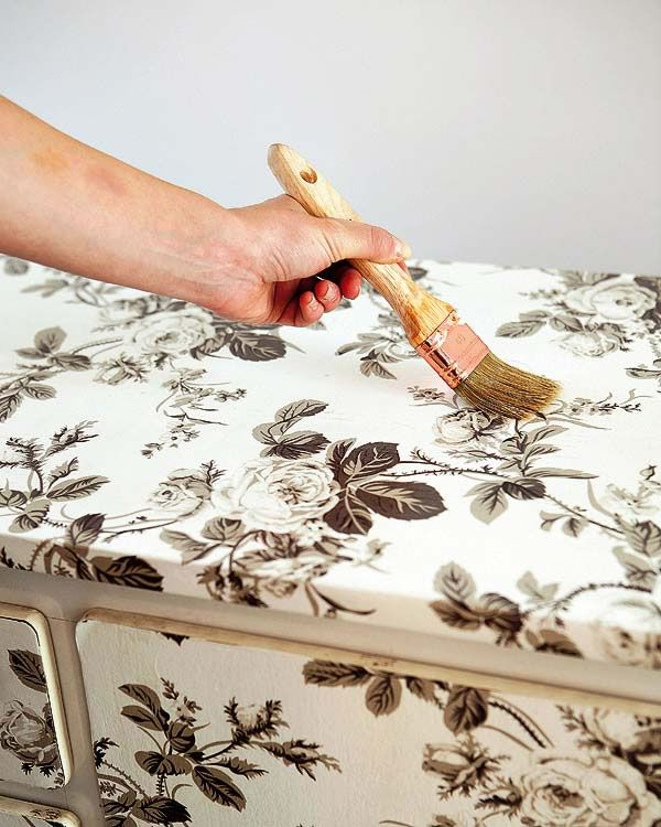 Transforma una c moda con papel para empapelar c moda for Papel de empapelar muebles