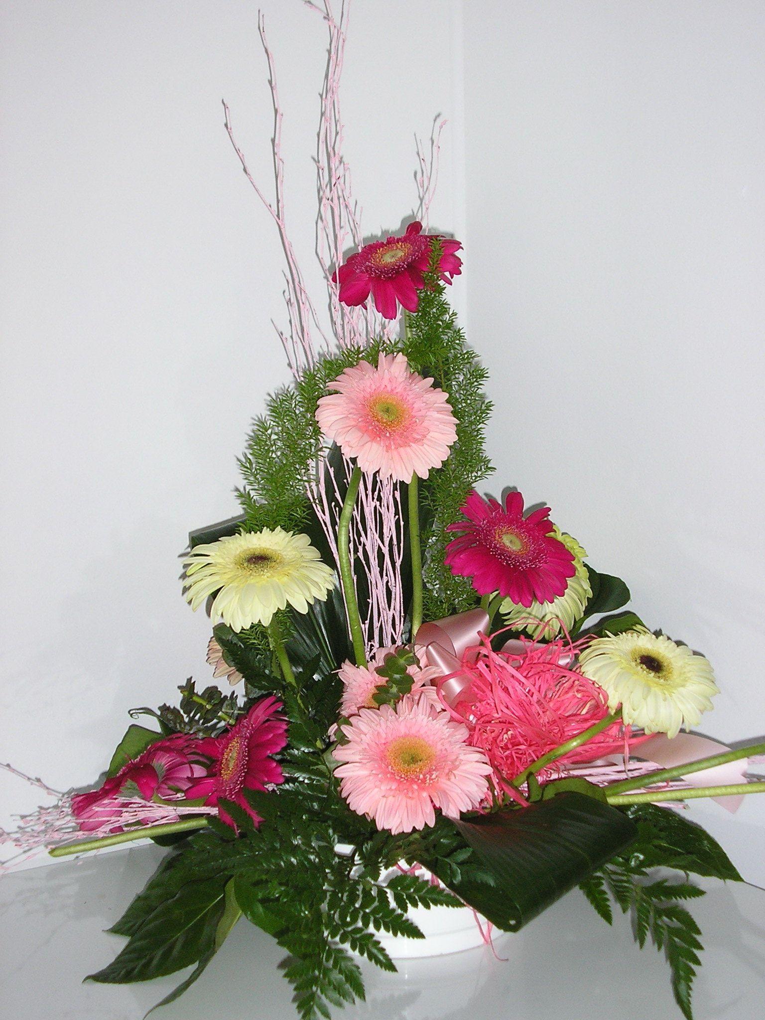 Centro De Gerberas Para Nacimiento Http Www Milejardin Com Floristeria Nacimientos Bebe Beautiful Flowers Flower Arrangements Beautiful Blooms
