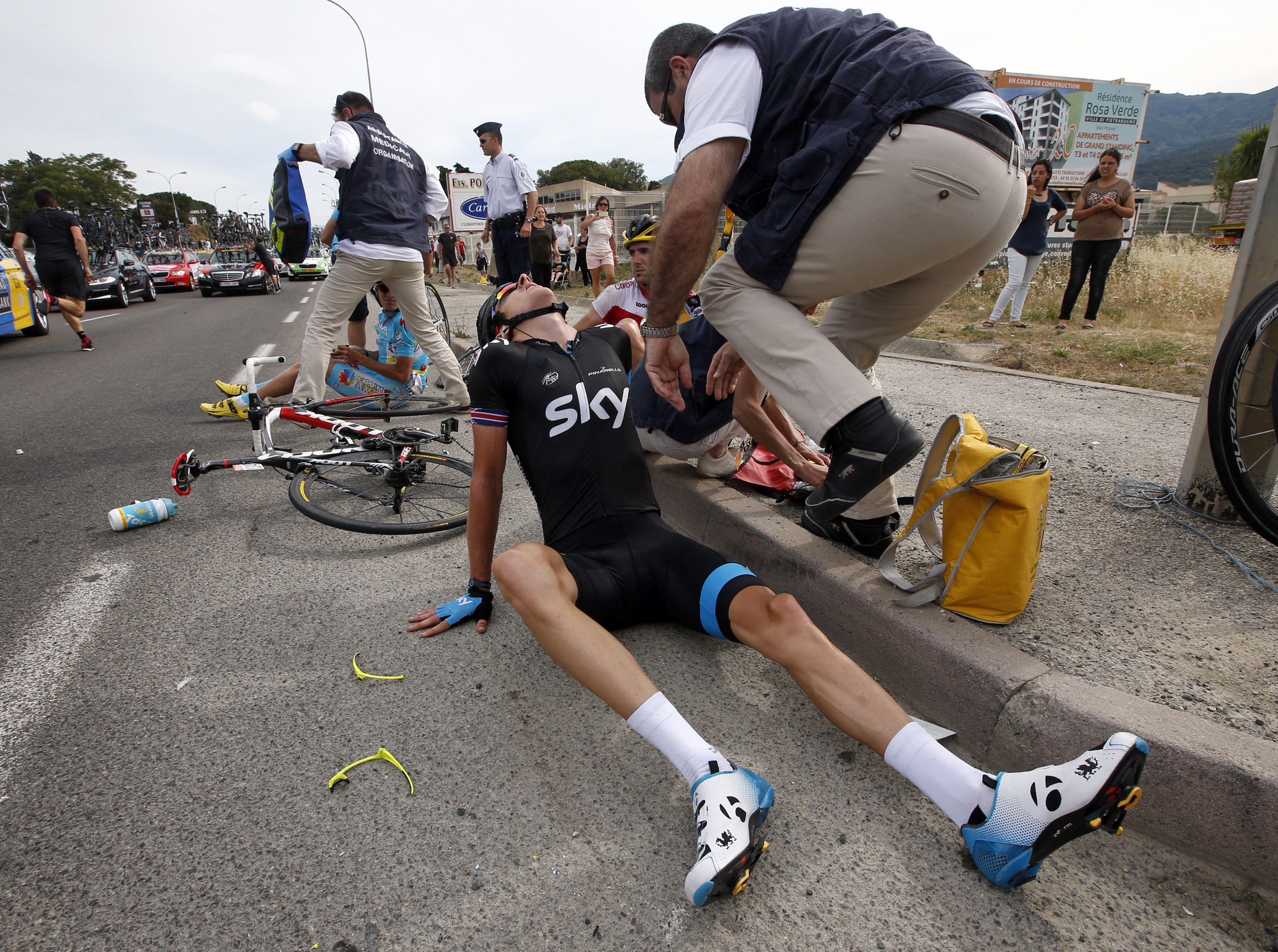 Www Ets Thomas Fr the-first-stage-of-the-tour-de-france-ended-with-a-stuck-bus