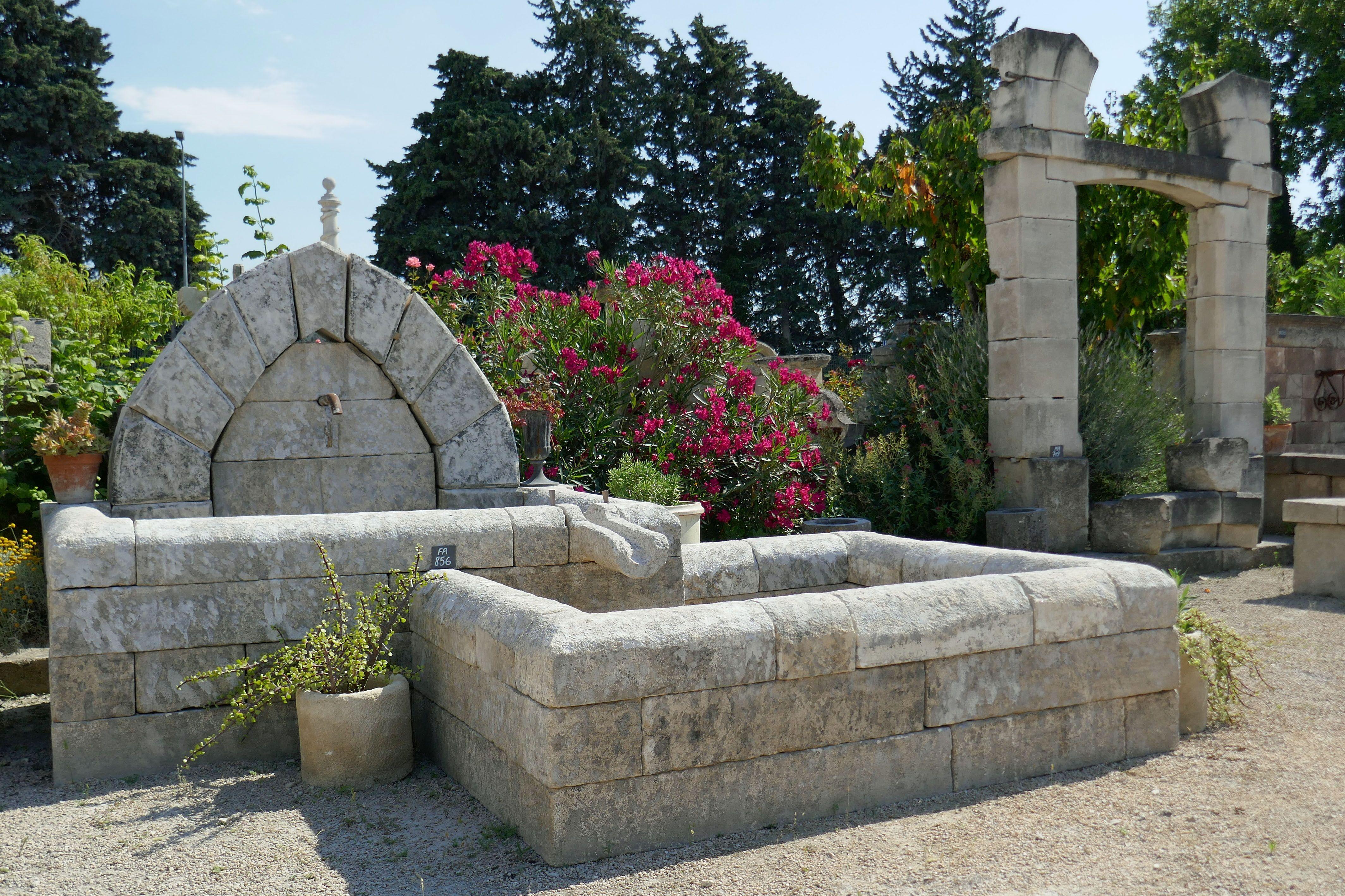 Cette Magnifique Fontaine De Jardin En Pierres Anciennes Est Une Large Fontaine Murale Qui Presente La Parti Fontaine De Jardin Fontaine Pierre Fontaine Murale