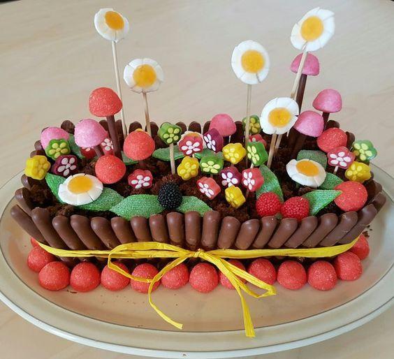 Gâteau Danniversaire Original Avec Des Bonbons En Forme De Fleurs