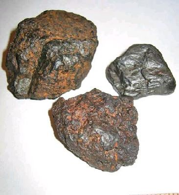 Meteors Are Tiny Meteoroids That Burn Up As They Travel Through The Earth S Atmosphere Producing Tiny Streaks Of Lig Raw Gemstones Rocks Meteorite Meteor Rocks