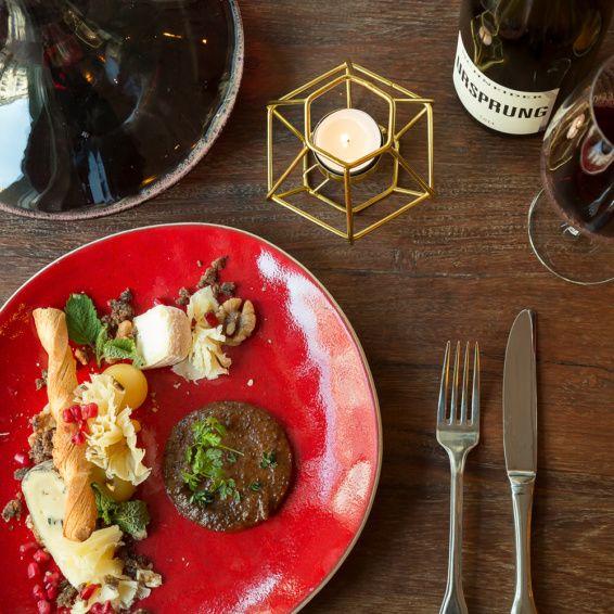 Köstliche Hors D'Oeuvre auf dem Tisch des Restaurant Bricole in Berlin-Mitte