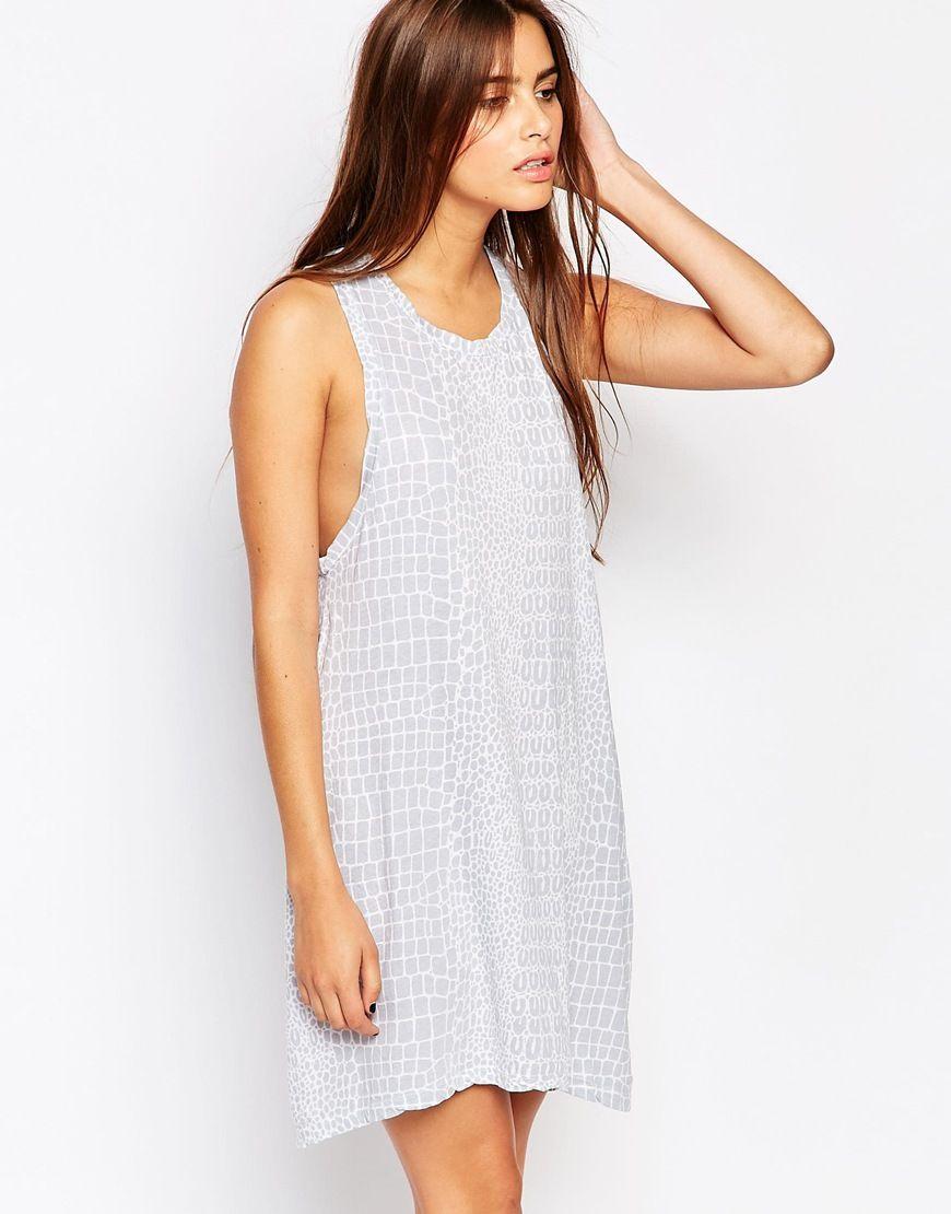 Kleid von The Furies atmungsaktives Jersey Rundhalsausschnitt tiefe Armlöcher durchgehendes Muster lockerer Sitz Maschinenwäsche 100% Baumwolle Model trägt UK-Größe 8/EU-Größe 36/US-Größe 4 und ist 174 cm/5 Fuß 8,5 Zoll groß