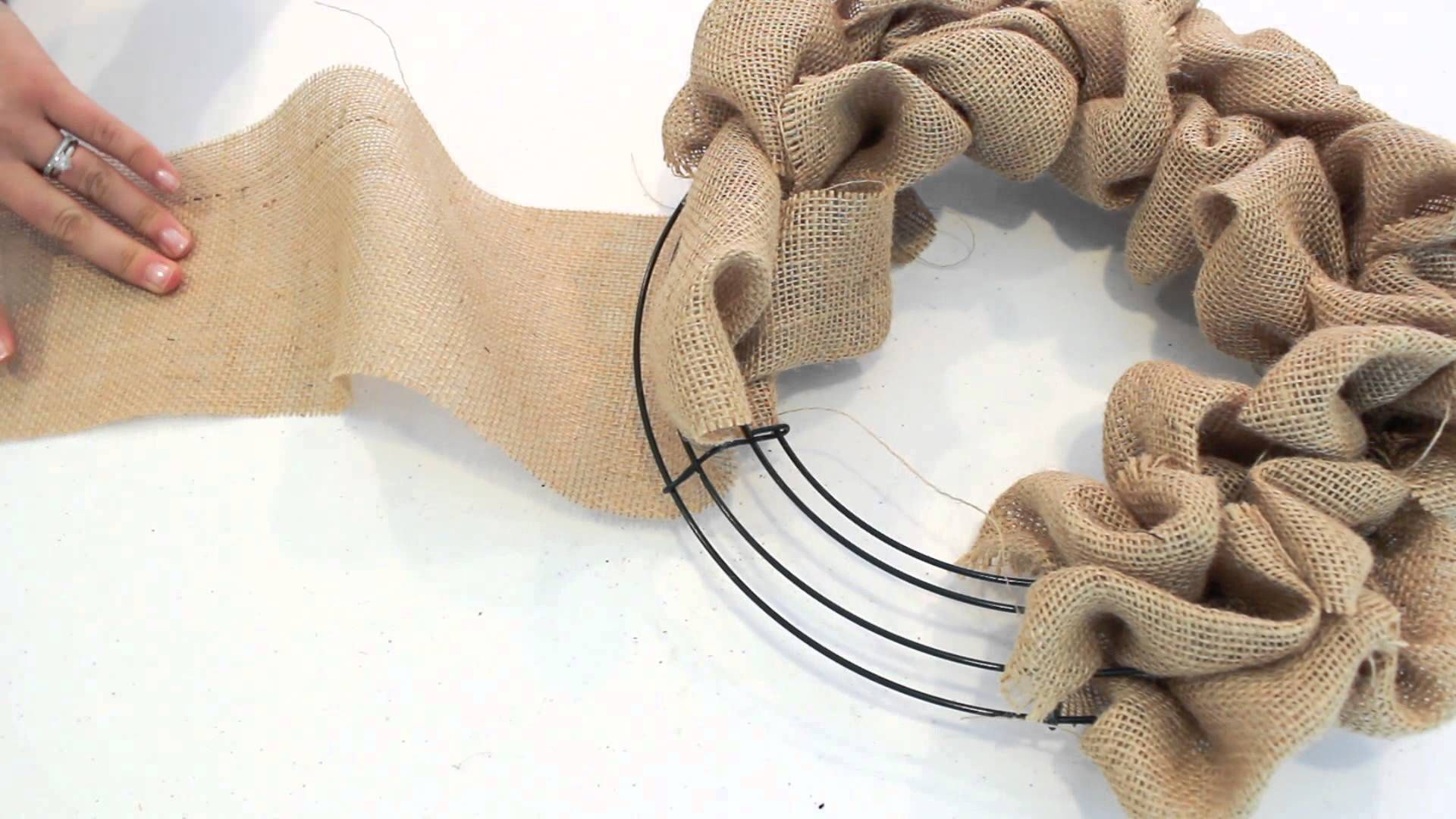 Photo of How to make a burlap wreath that you can hold all year round