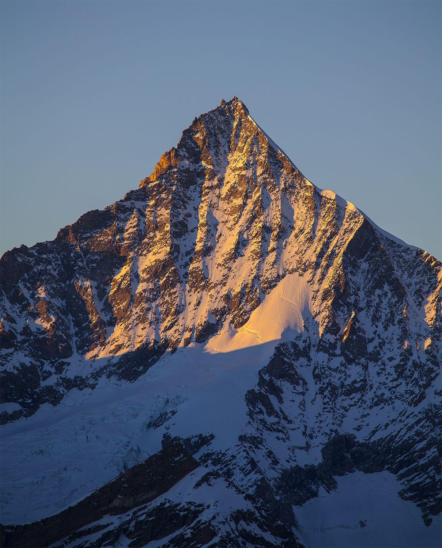 Das Walliser Weisshorn in den letzten Sonnenstrahlen des Sonnenuntergangs - ein gigantischer Berg
