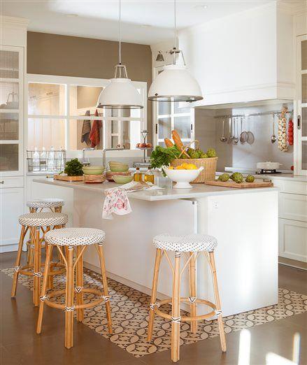Cocina con barra en la isla para desayunar y parte del suelo de ...