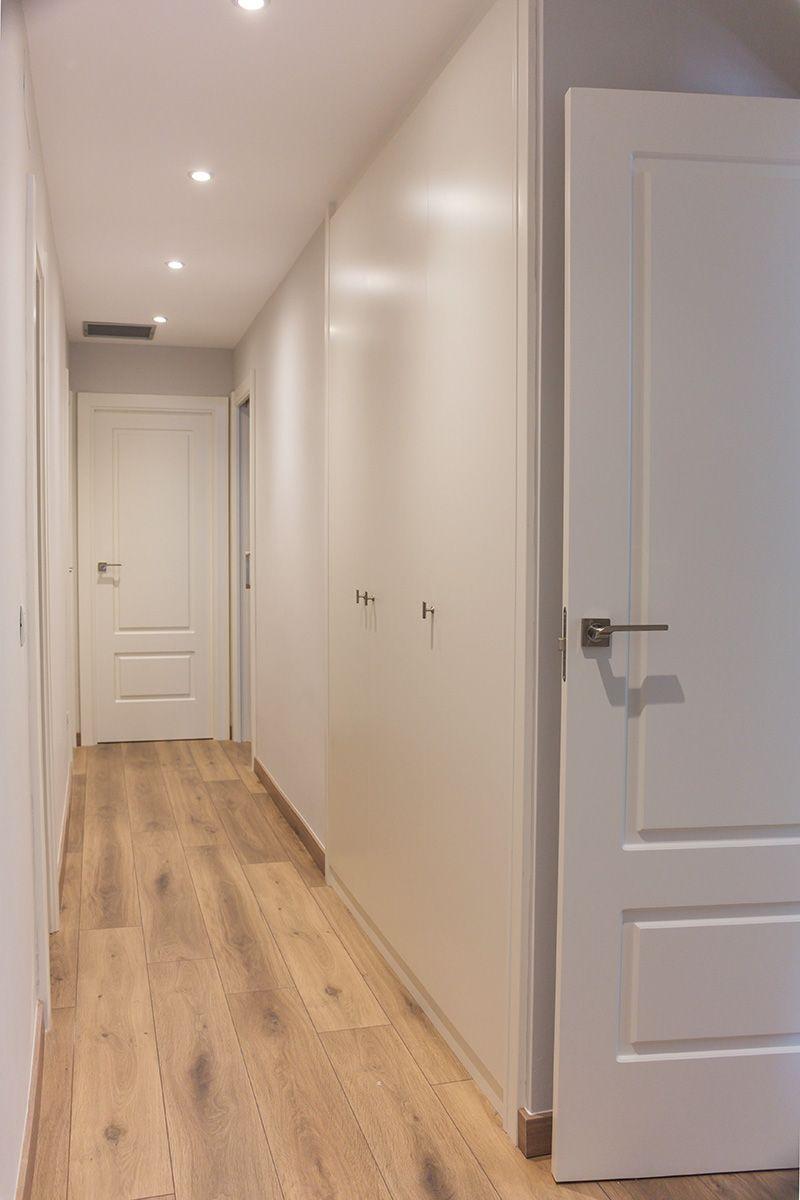 Armario empotrado en el pasillo puertas a medida lacadas for Casas con puertas blancas