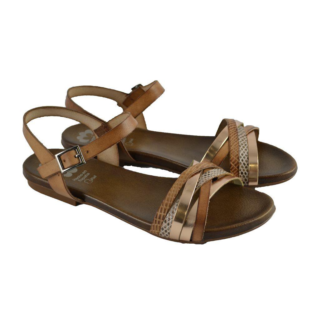 6af5f519003  Sandalias con suelas de goma planas con corte de multitiras cruzadas y  cierre talonera en pulsera con hebilla de la marca PORRONET.