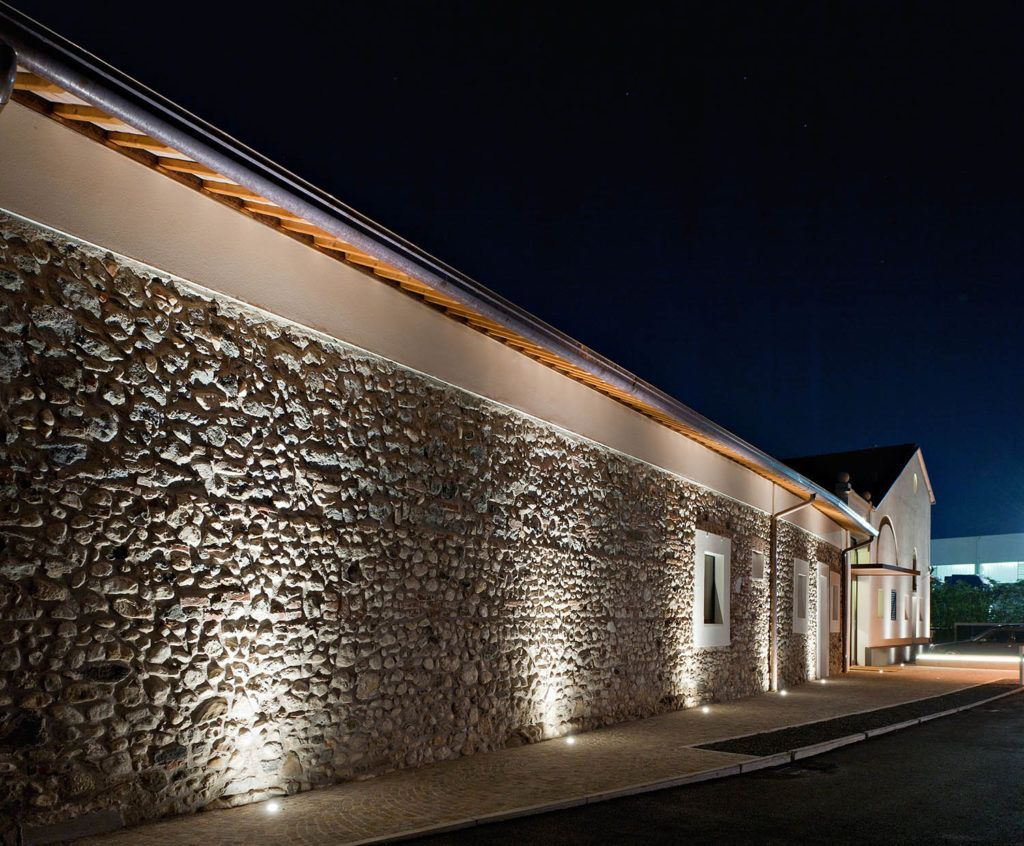 Come illuminare correttamente una parete in pietra