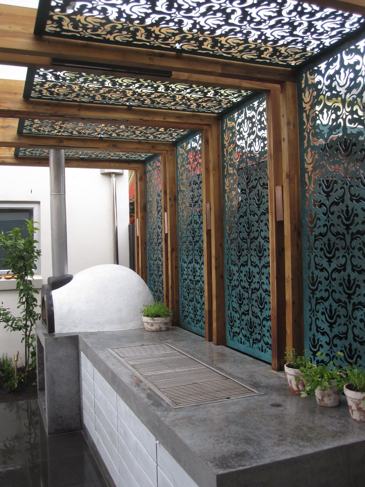 Shade screen in a pergola