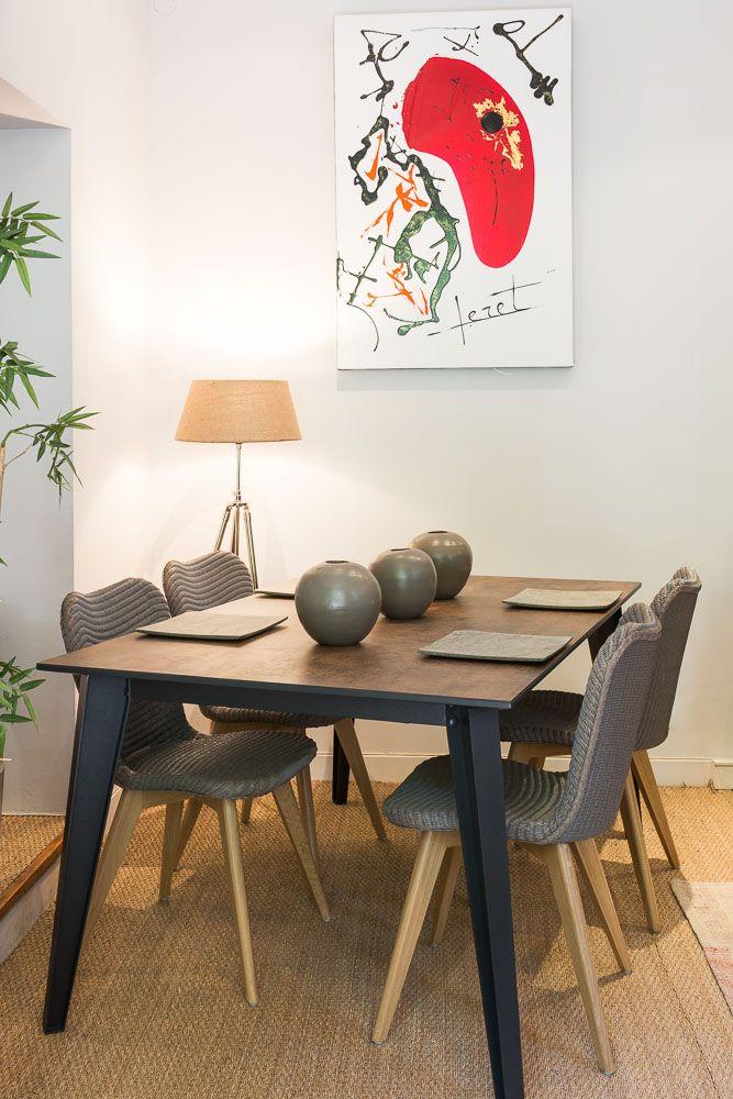 Moderne Et épurée, La Table FACTORY Offre Un Plateau En