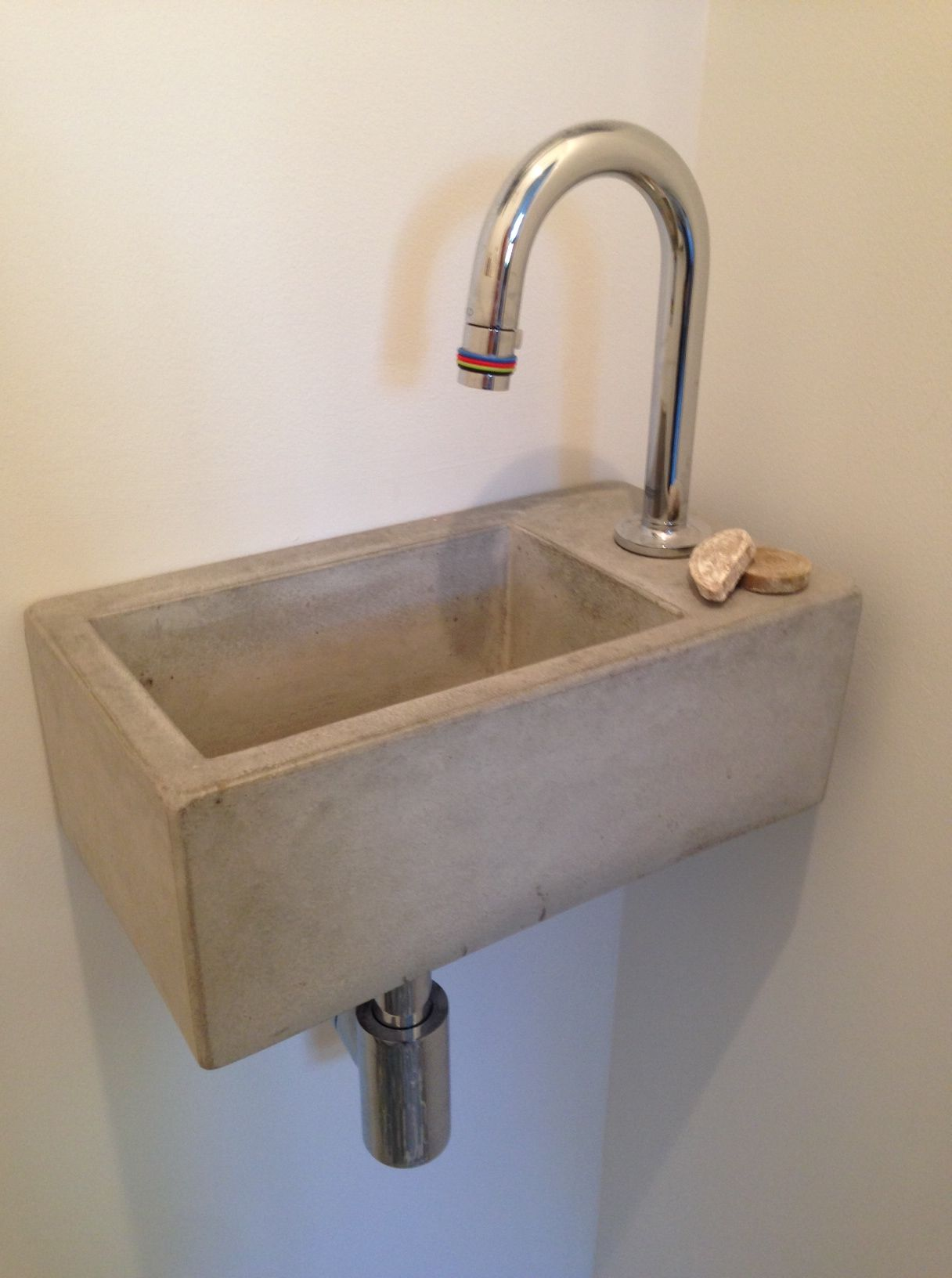 beton wasbak met kraan erin en eventueel zwart toilet