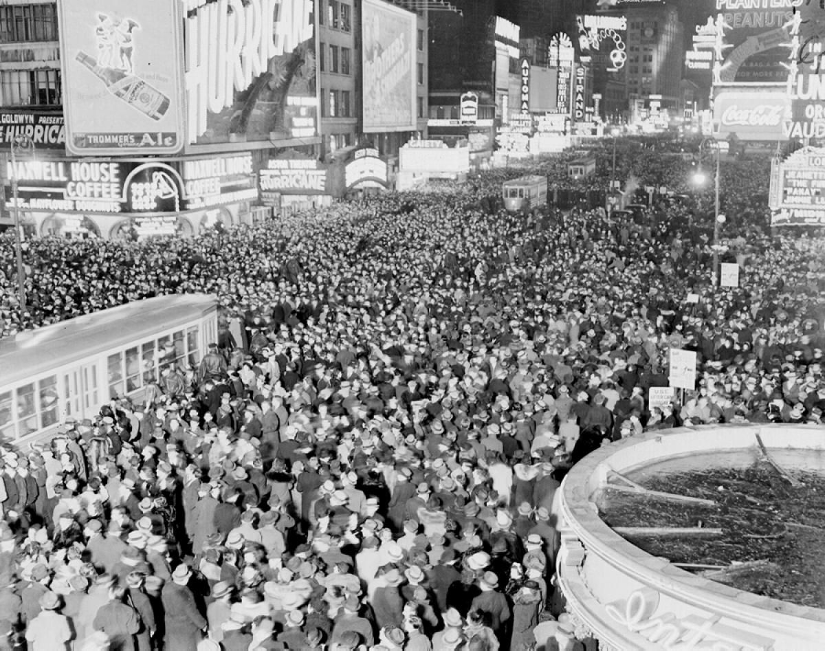 Pass The Champagne New Year S Eve Celebrations Through The Years Vintage Happy New Year New York New Years Eve New Year S Eve Celebrations
