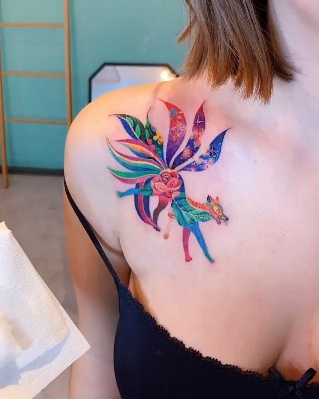 Tatuaje Zorro de 9 Colas con flores por @Zihee_tat