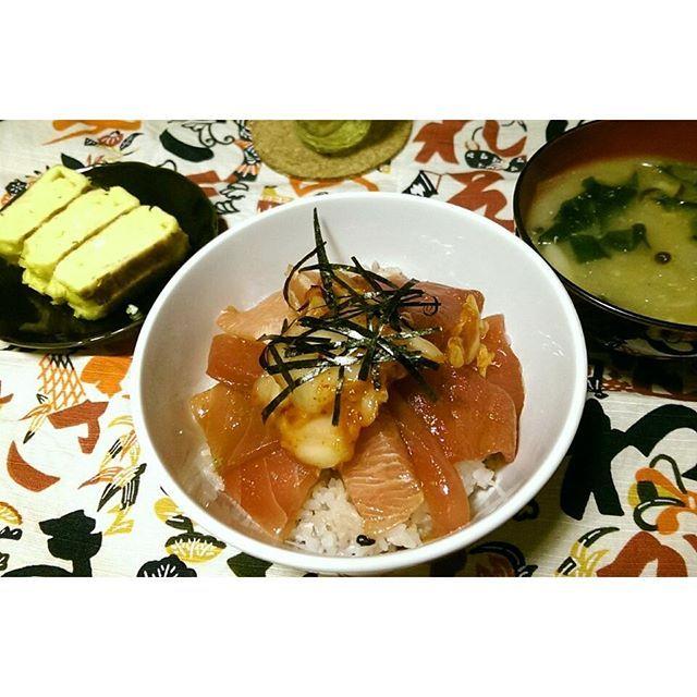 tosamiramushiお腹が空いたので ちょっと前のお夕飯を見て我慢(;_;)早く朝になれ #おうちごはん #漬けマグロ丼 キムチのせ #だし巻き卵 #新玉ねぎのみそ汁  #芹沢銈介
