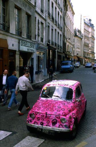 La voiture rose, Paris 1984 |¤ Robert Doisneau | 3 october 2015 |  Atelier Robert Doisneau | Site officiel