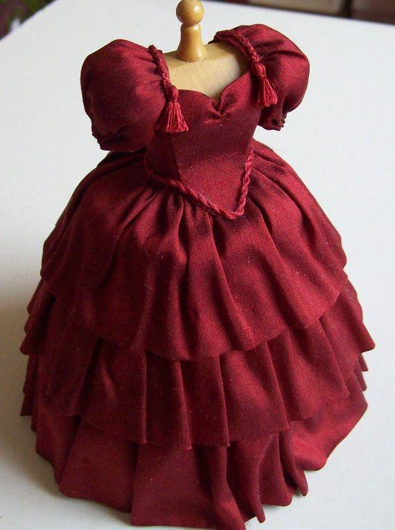 Hermoso hecho a mano escala 1/12 miniatura casa de muñecas vestido en seda roja rica