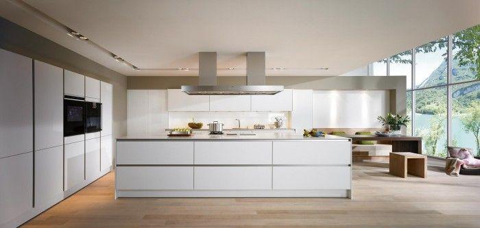 Strenge moderne keuken met groot kookeiland. de strenge symmetrie ...