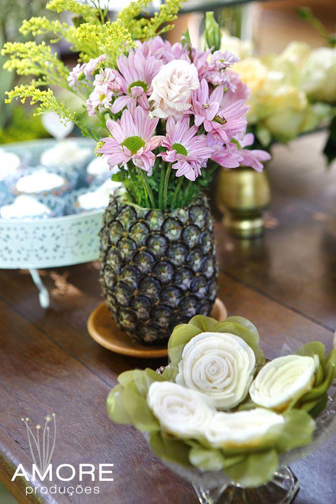Arranjo de flores no abacaxi