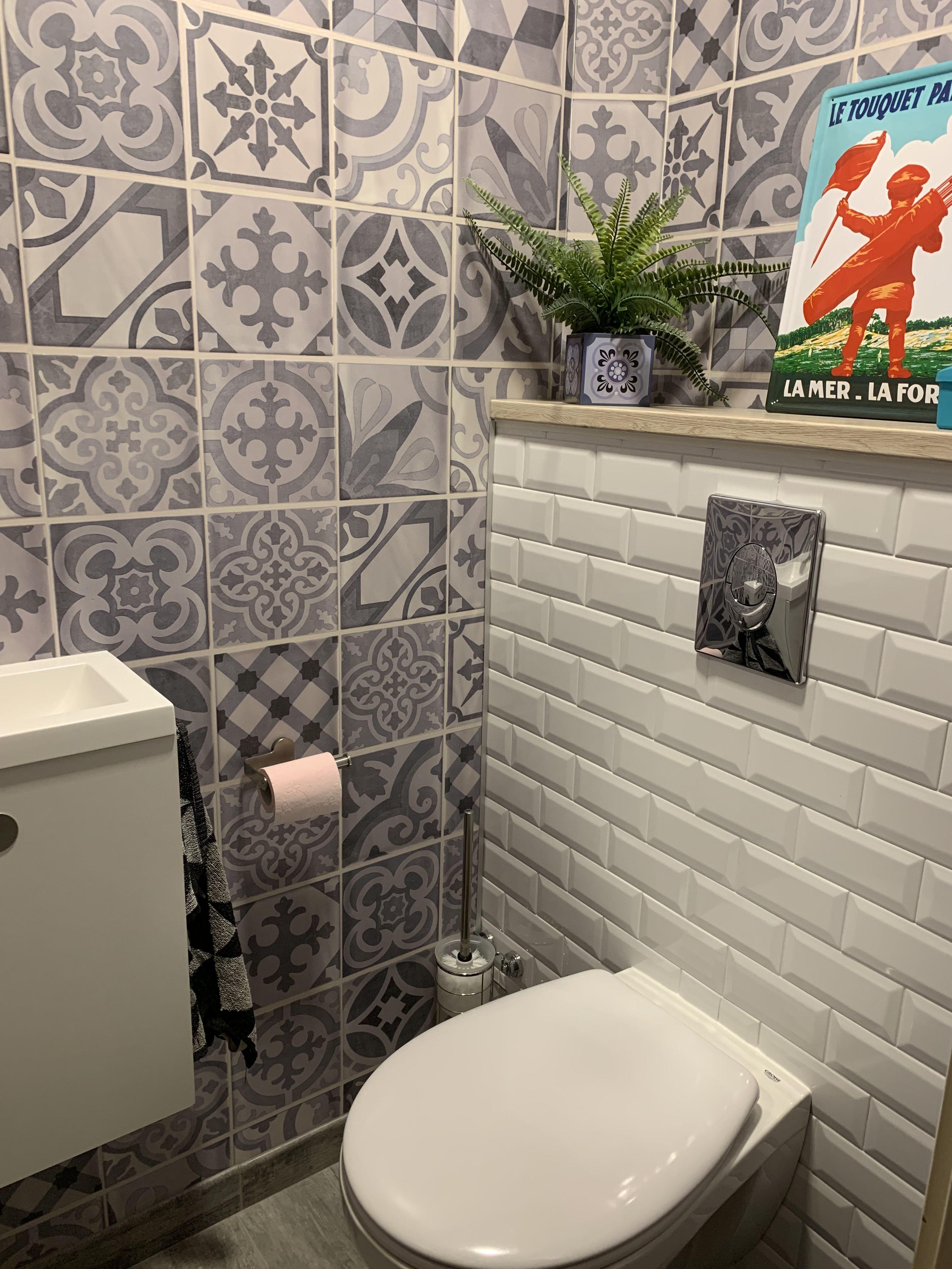 Toilettes Murs Effet Carreaux De Ciment Et Utilisation Du Carrelage Metro Wc Deco Toilettes Carrelage Metro Toilettes