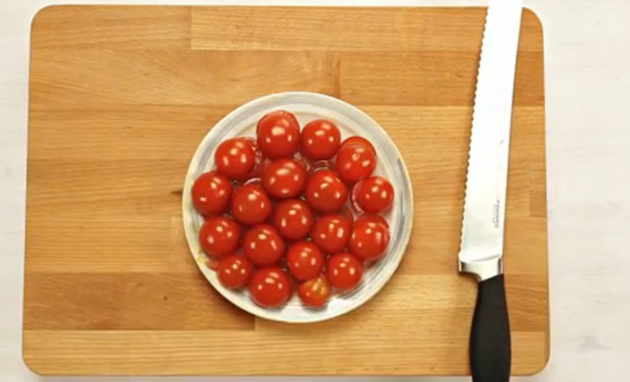 Keukentruc: cherrytomaatjes snijden in één keer