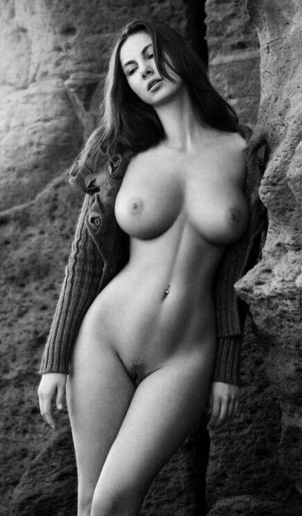 Sexy Brünette strippt nackt