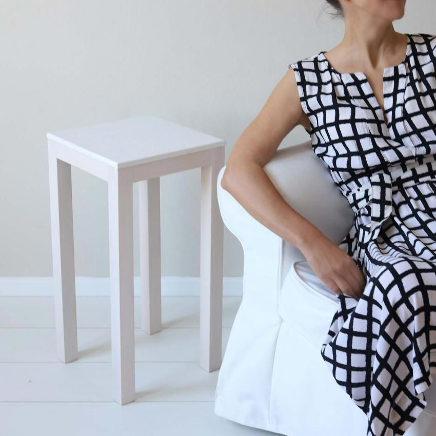 Tisch Mit Lederbezug In Weiss Als Beistelltisch Fur Das Wohnzimmer Beistelltisch Moderne Beistelltische Vintage Beistelltische