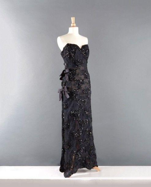 0ee4b07a6b0 Yves SAINT LAURENT haute couture n° 67976 Hiver 1994 Robe longue en  dentelle noire rebrodée