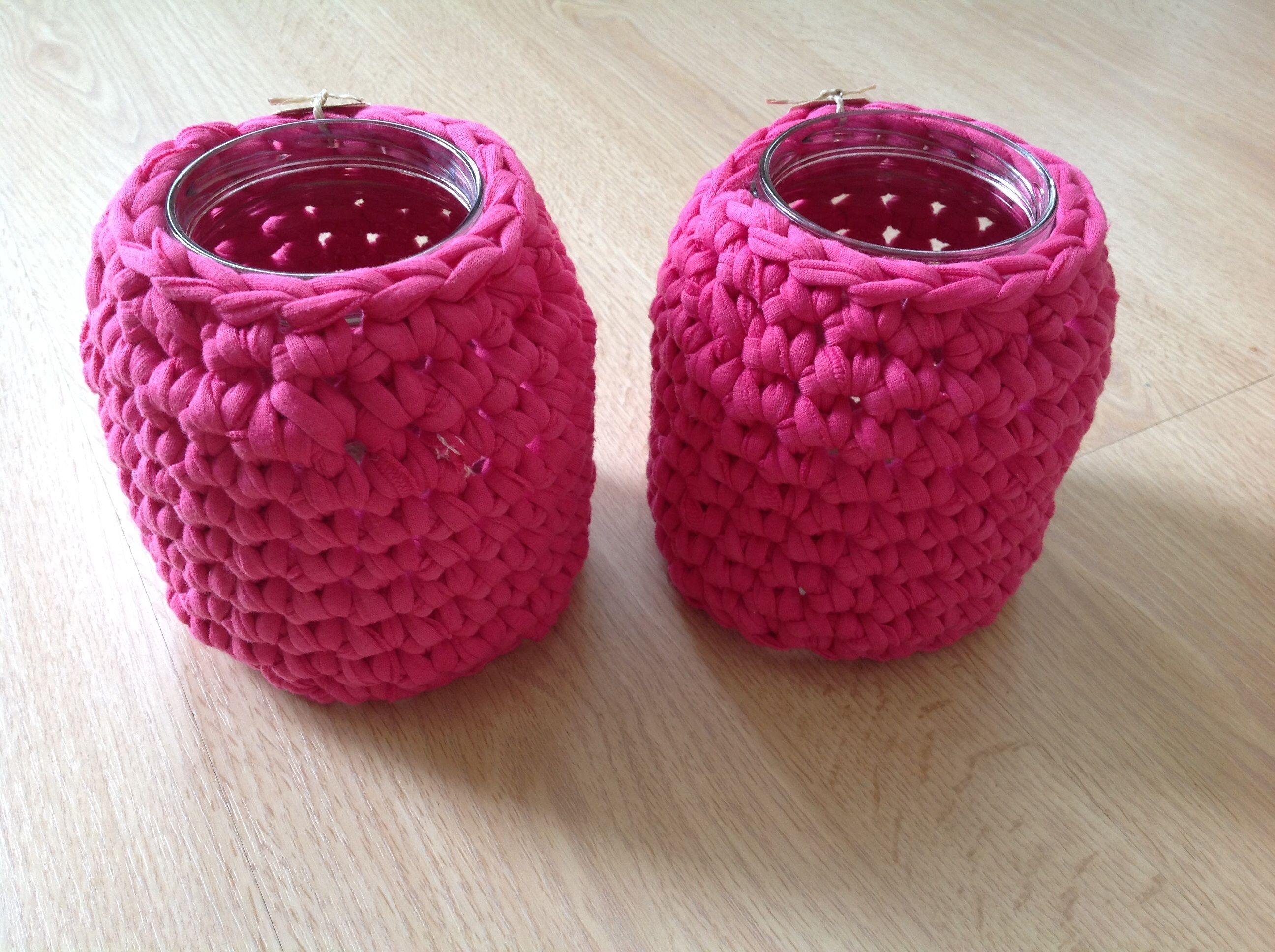 Fuchsia roze omhaakte potten, gezellig op de warme zomeravond of in de winter binnen met een kaarsje erin