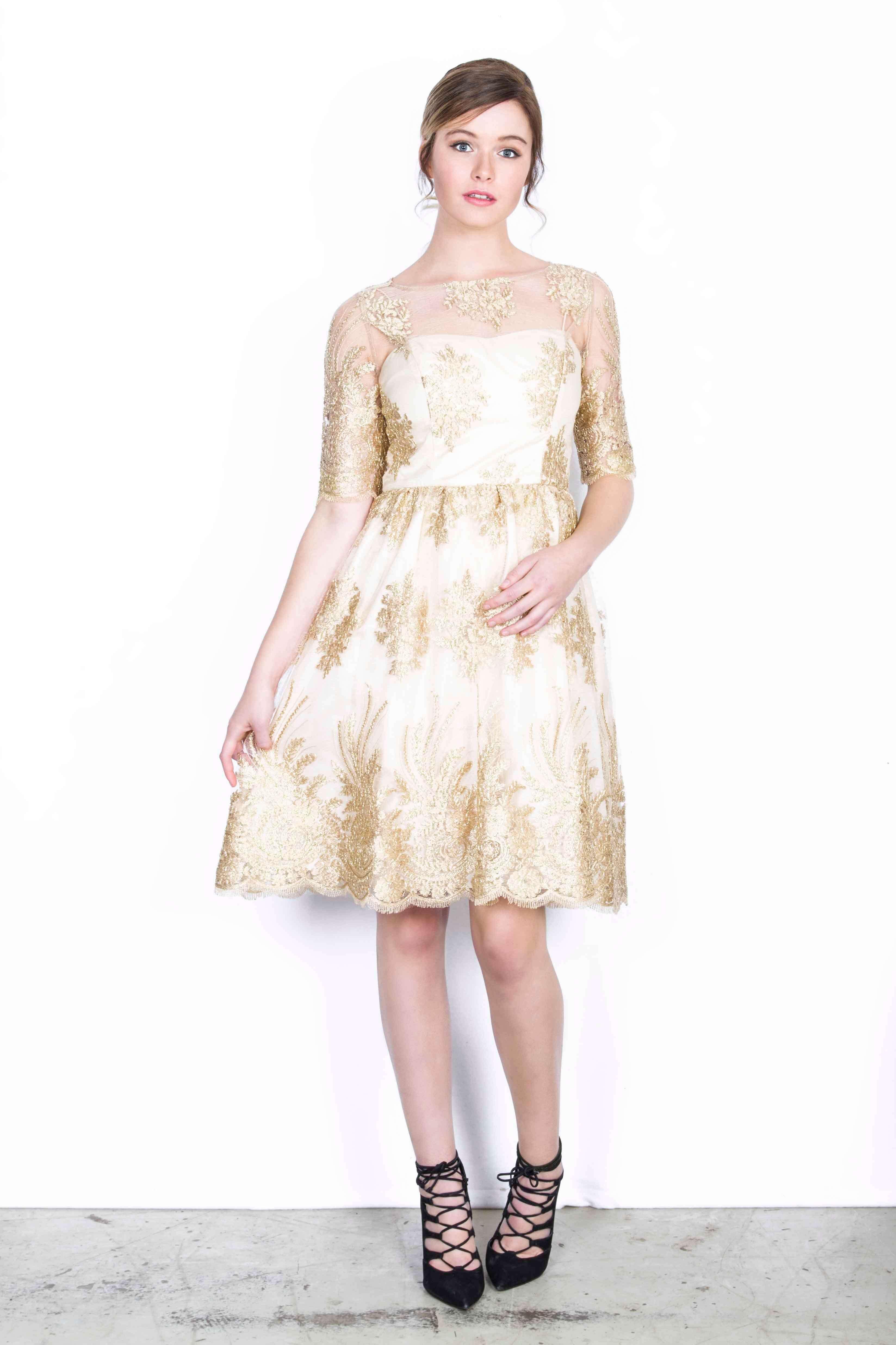 Jurken Huren. Adrianna Papell. Golden Glow. Midi dress. 3/4 sleeves. Golden details. Lace Dress. Cocktail party. Black tie.