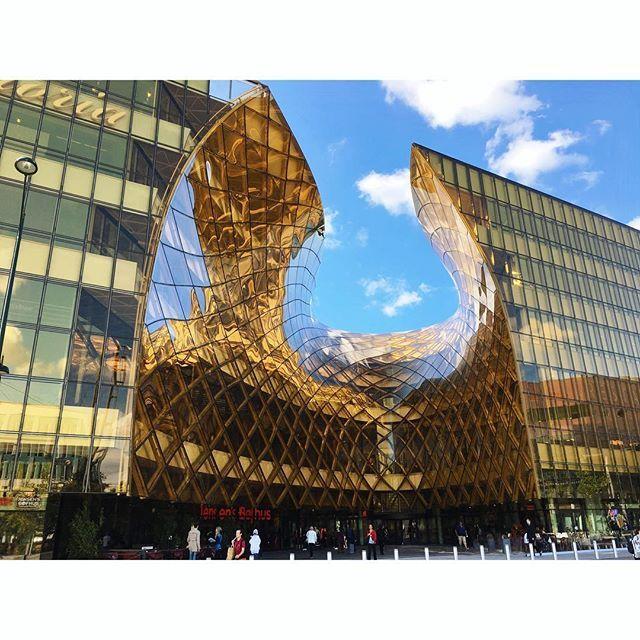Der Spätsommer hat Südschweden fest in seiner Hand! Sonne satt, was das Shoppingzentrum Emporia in Hyllie (kurz vor Malmö) noch mehr als sonst schon leuchten lässt. Designt vom schwedischen Architekturbüro Wingårdh hat das imposante Gebäude (mit Garten auf dem Dach!) bereits viele Architekturpreise gewonnen. ☀️