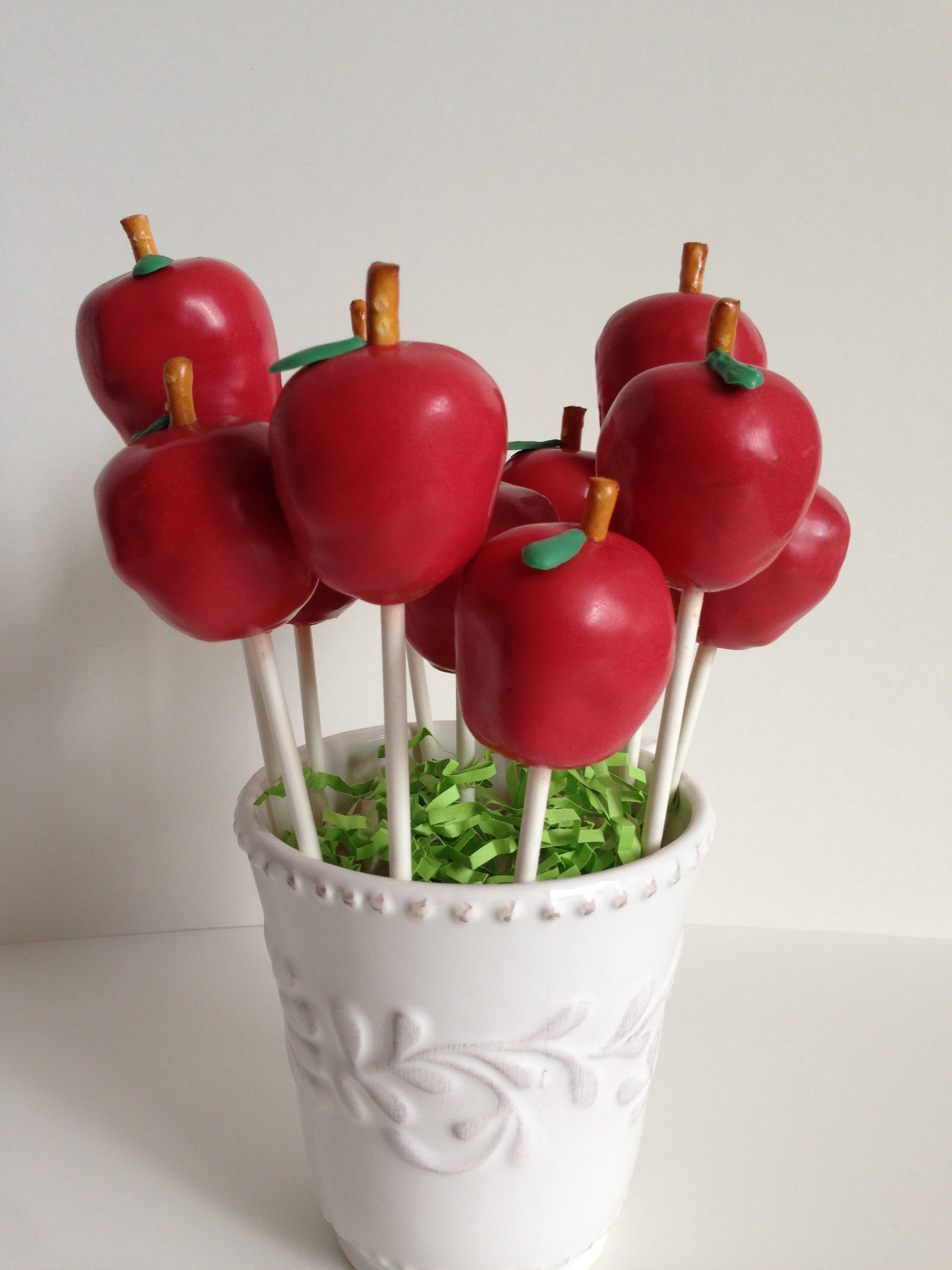 Apple cake pop bouquets for end of year teacher appreciation gifts #cakepopbouquet