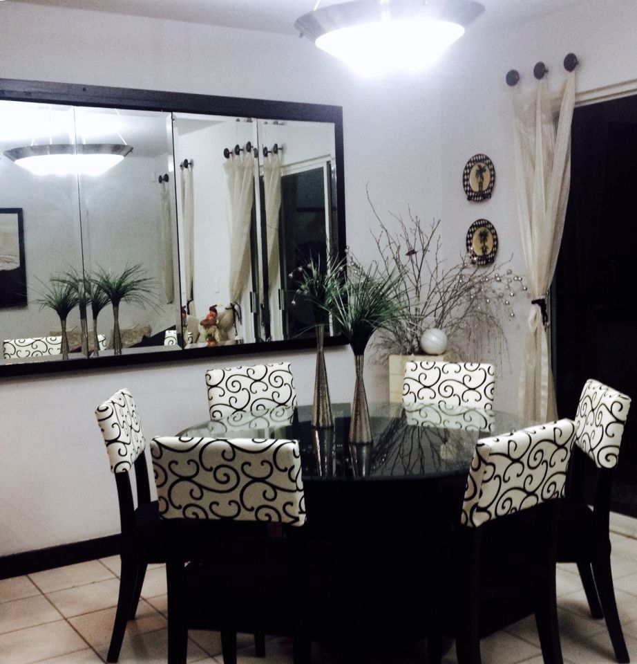 Lindo comedor con espejo para espacios peque os ideas for Espejos rectangulares para comedor