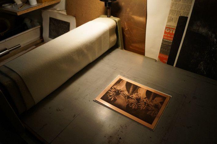 la plaque de cuivre encrée et essuyée sur le plateau de la presse juste avant l'impression papier