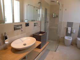 Bagni Moderni Con Doccia : Bagno moderno con box doccia di vetro u foto stock djedzura